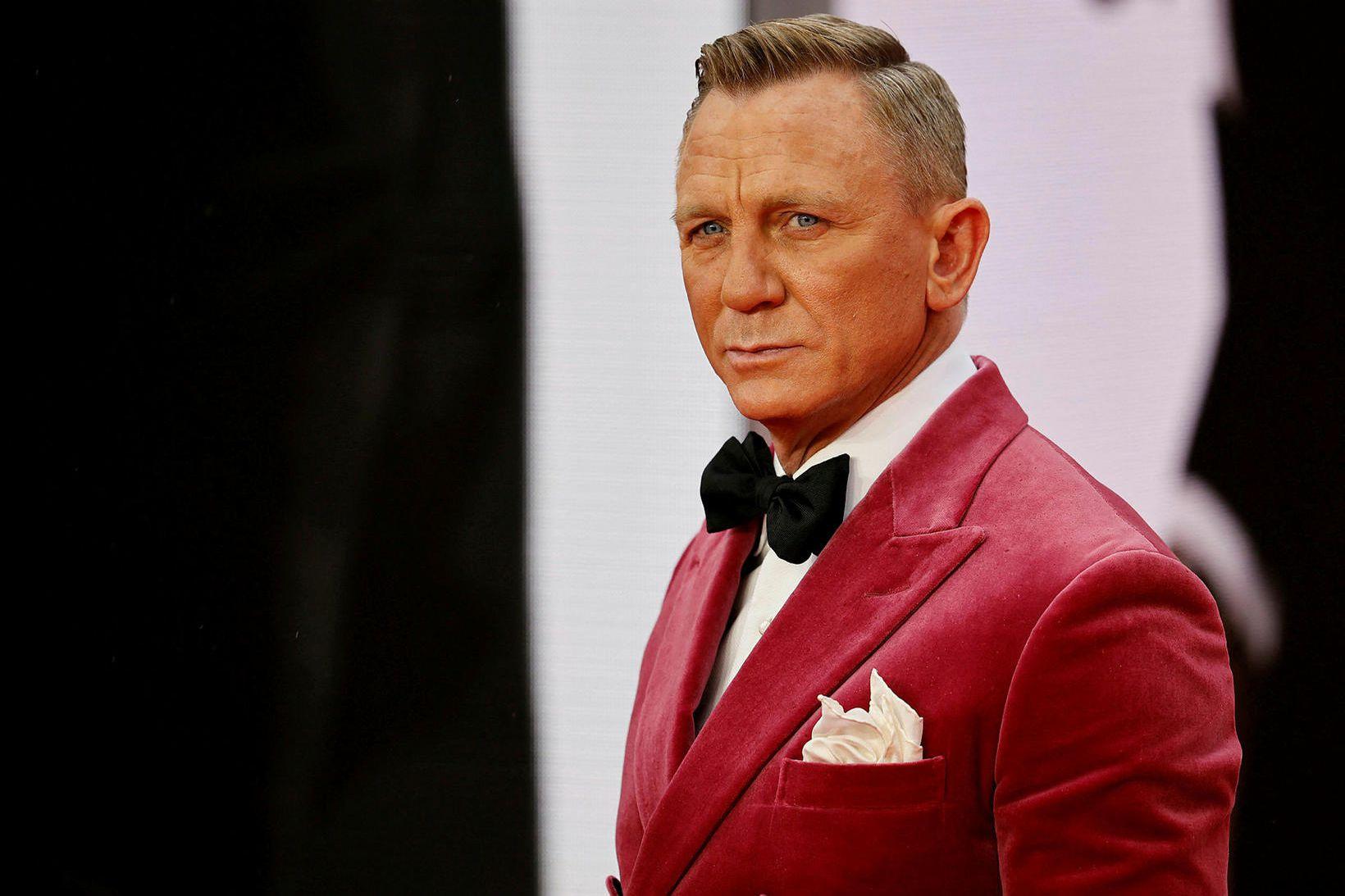 Daniel Craig í bleikum flauelsjakka og með þverslaufu.