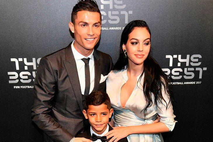 Cristiano Ronaldo ásamt Georginu Rodriguez og syni hans Cristiano Ronaldo ...