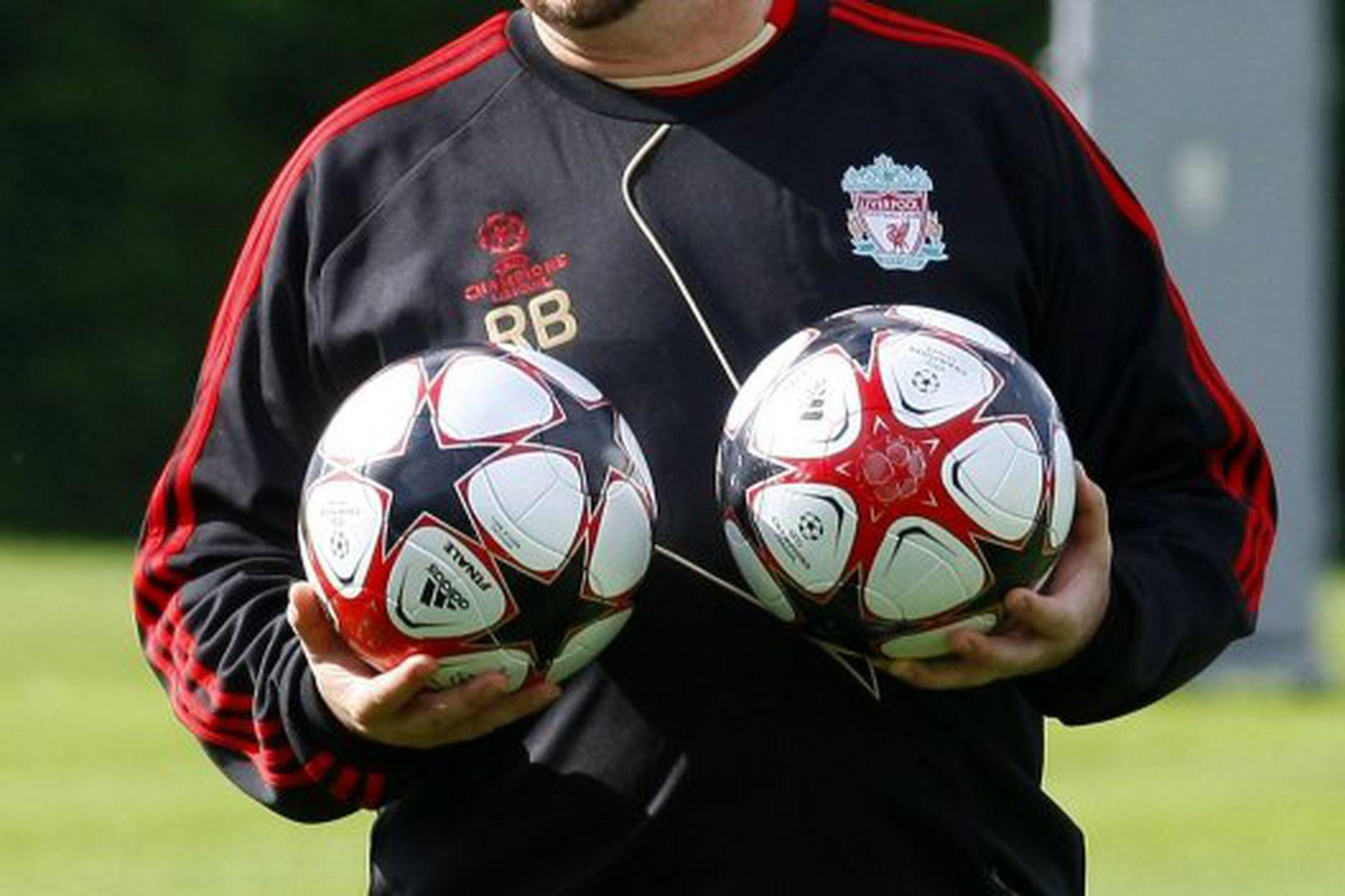Rafael Benítez á æfingasvæði Liverpool.