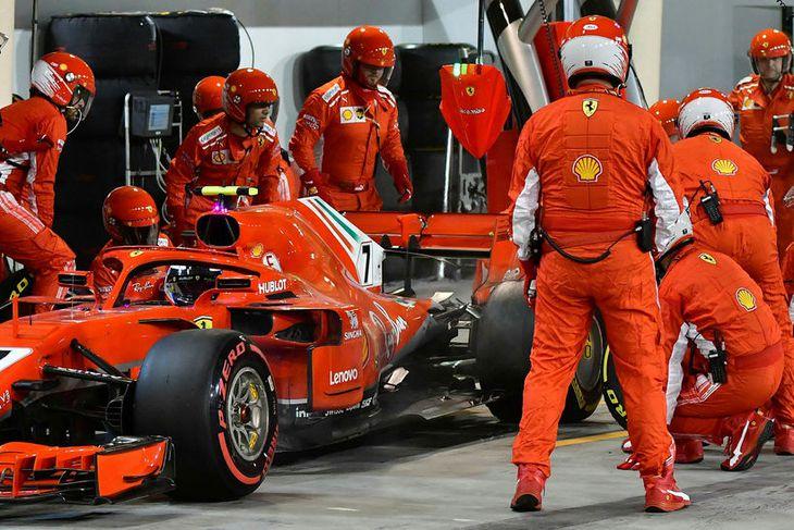 Skipt um dekkin á Ferrarifák Kimi Räikkönen. Augnabliki seinna slasaðist einn dekkjamanna liðsins.