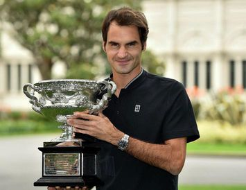 Roger Federer með verðlaun sín á Opna Ástralska meistaramótinu í síðasta mánuði.