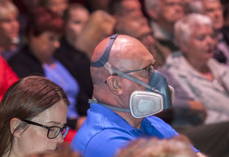 Crowds attended the meeting of Reykjanes locals last night. One of them wore a mask to state his point.