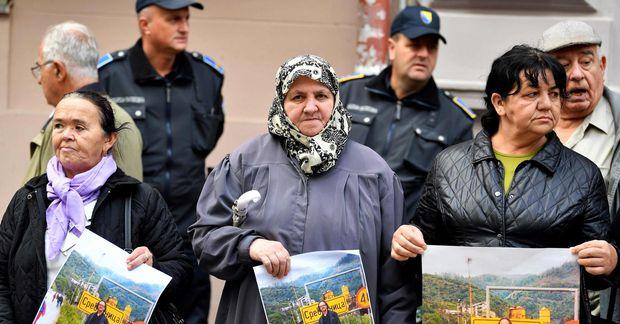 Mæður Srebrenica mótmæla fyrir framan sænska sendiráðið í Sarajevo. Þær halda á mynd af Peter ...