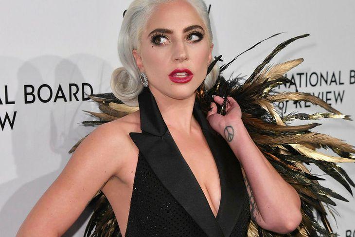 Lady Gaga var með óvenjulegan aukahlut með sér á rauða ...