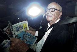 Rupert Murdoch lætur helst ekki mynda sig öðru vísi en hann sé að lesa eitthvað …