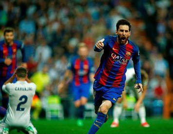 Lionel Messi fagnar sigurmarkinu á Santiago Bernabeu í gærkvöldi.