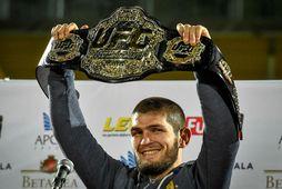 Khabib Nurmagomedov hefur formlega látið belti sitt í léttvigt UFC af hendi.