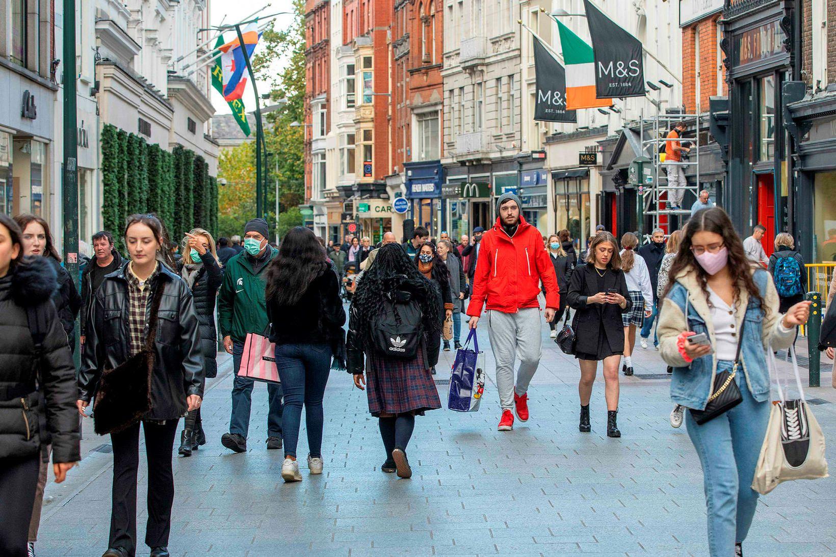 Fólk á gangi eftir Grafton Street í Dublin 21. október.