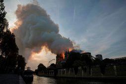 Frá eldsvoðanum í Notre Dame í gær.