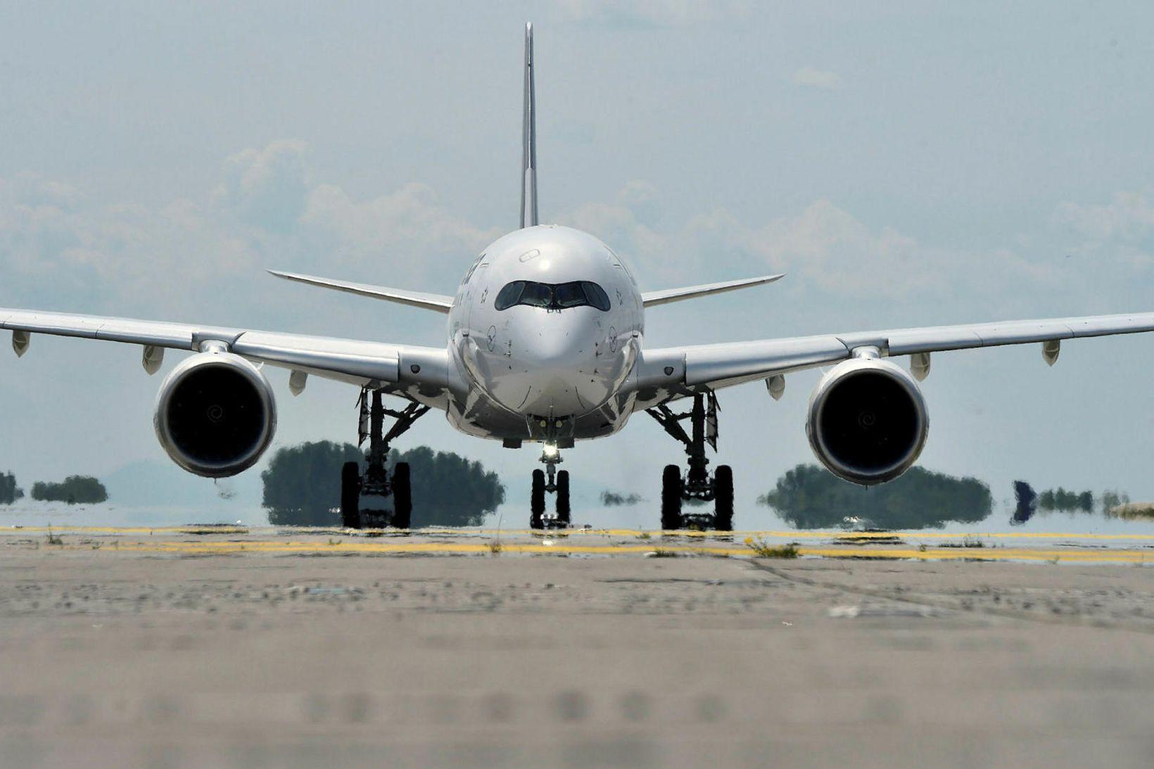 Airbus-flugvél þýska flugfélagsins Lufthansa tekur á loft í júní í …