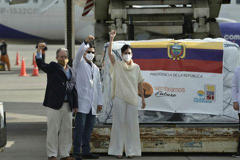 Juan Carlos Zevallos, lengst til vinstri, ásamt varaforseta Ekvadors, Mariu Alejandra Munoz, til hægri, fagna …
