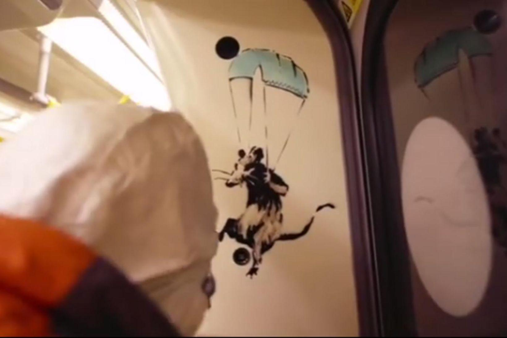 Í myndbandi sem Banksy birti á Instagram-síðu sinni í gær …