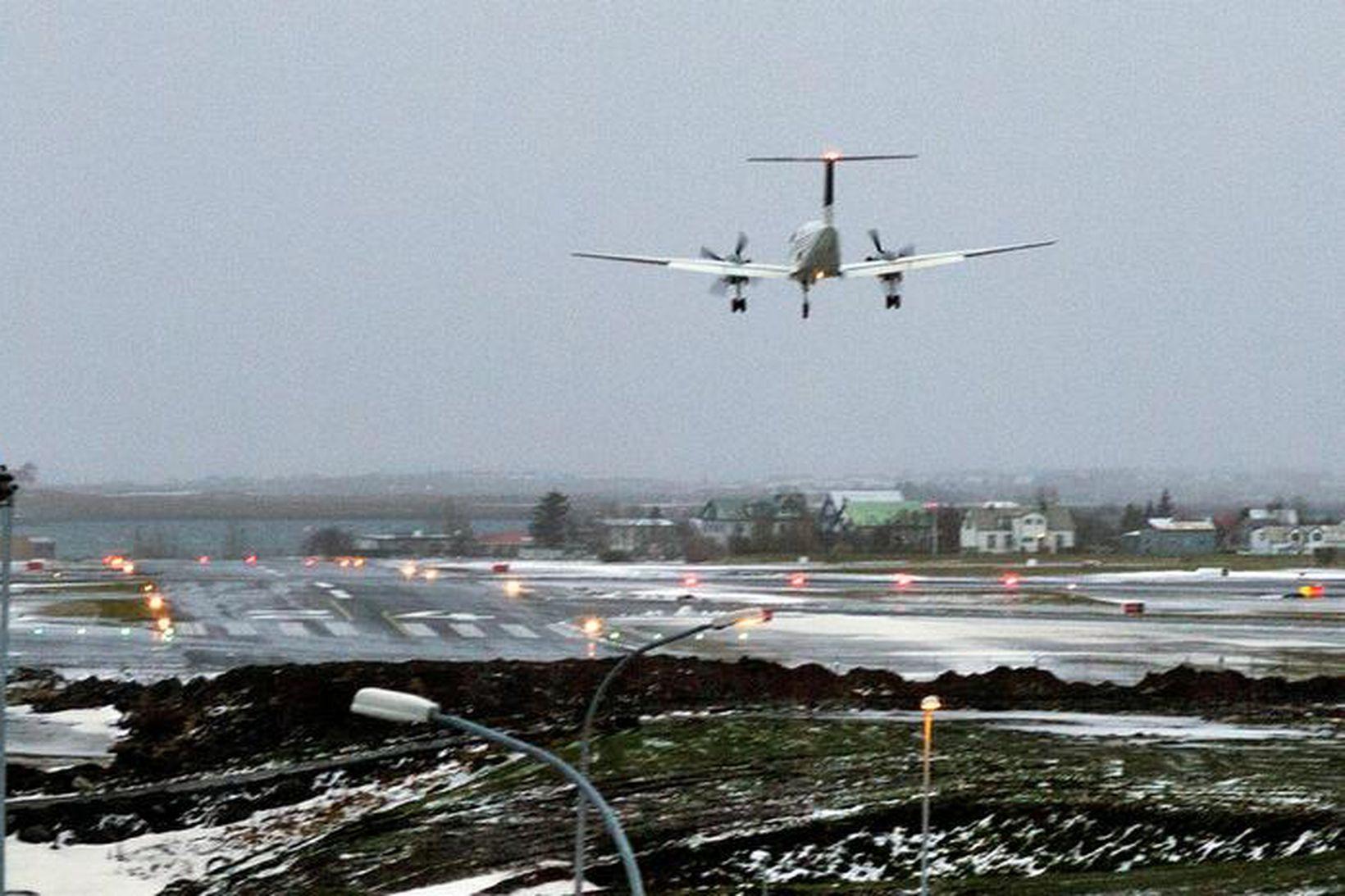 Sjúkraflug Mýflugs að lenda á neyðarbraut Reykjavíkurflugvallar.