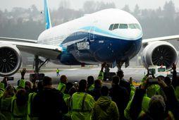 Starfsmenn Boeing fylgjast spenntir með nýja risanum, 777X, renna í hlað eftir sitt fyrsta prufuflug.