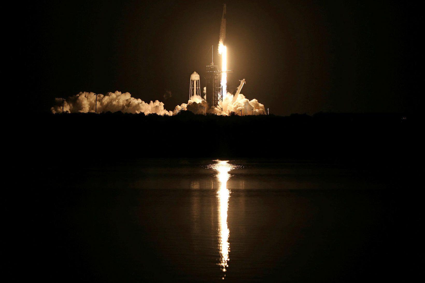 SpaceX Falcon 9-eldflaug tekst á loft frá skotpalli 39A í …