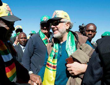 Mnangagwa hristir spaðann á hvítum Simbabvemanni á fundinum í dag.