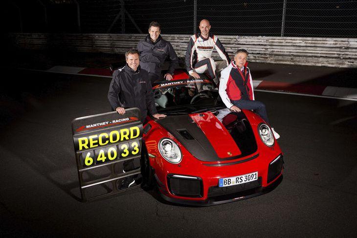 Áhöfn Porsche GT2 RS MR metbílsins að meti settu.
