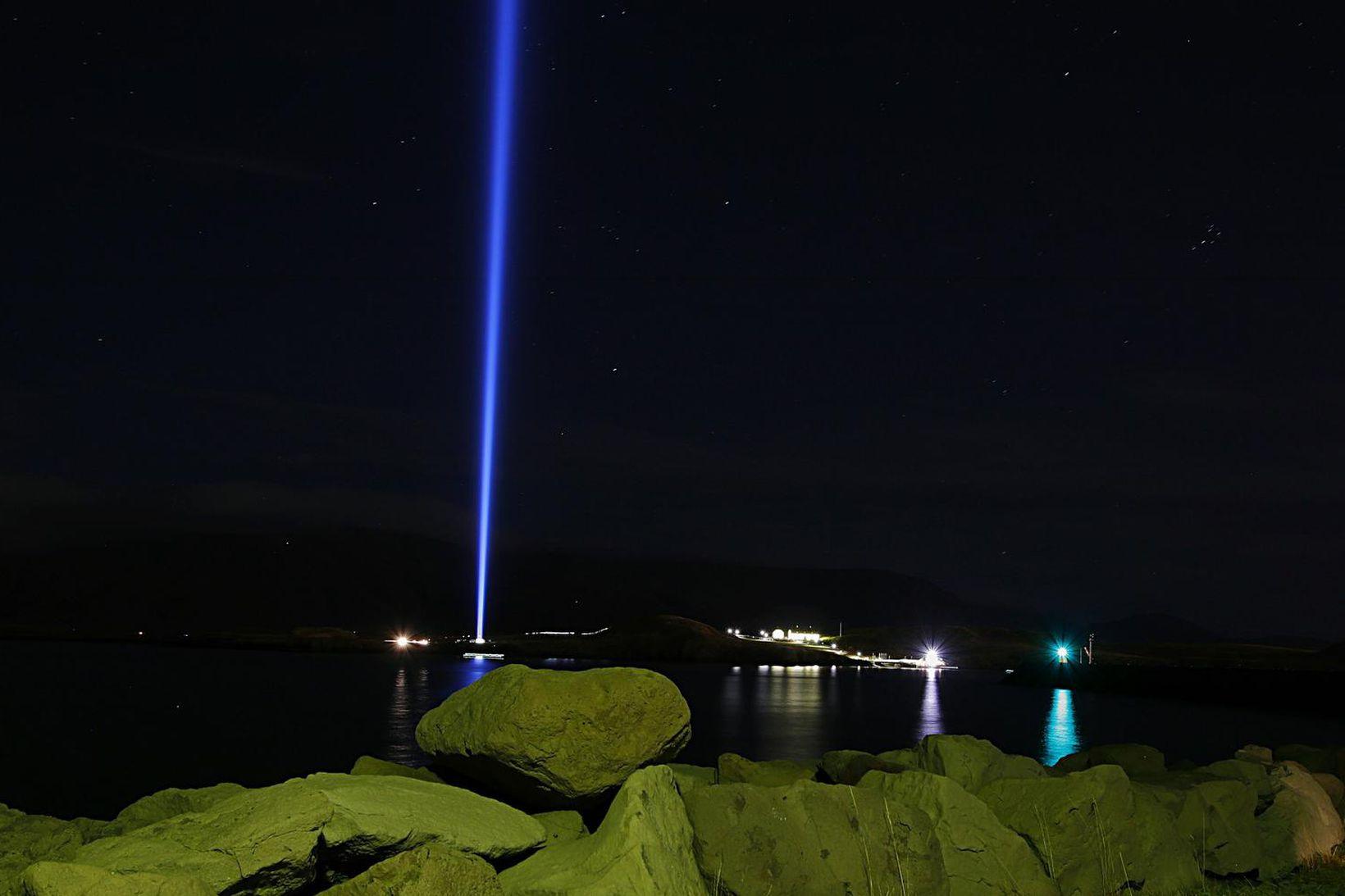Friðarsúlan er útilistaverk eftir Yoko Ono sem var reist í …