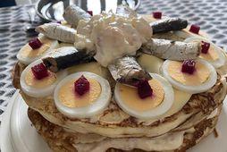 Skonsur, rækjusalat, smjör, rauðrófur, egg, og svo sardínur ofan á allt. Er þetta brauðterta eða …