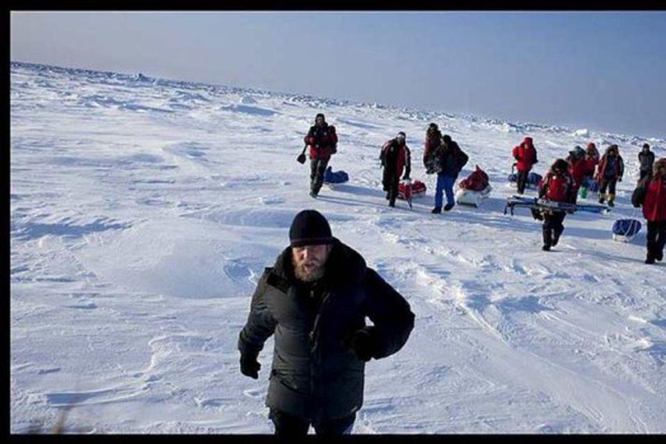 Rússinn Viktor Boyarsky (fremstur á myndinni) stjórnar búðunum á Norðurpólnum. Hér sést hann sækja skíðamenns …