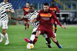 Paul Pogba og Lorenzo Pellegrini eigast við í leik Manchester United og Roma í undanúrslitum …