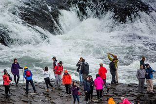 Erlendir ferðamenn við Gullfoss.