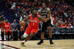 Zion Williamson fer fram hjá LaMarcus Aldridge, leikmanni San Antonio Spurs, í leiknum í New …