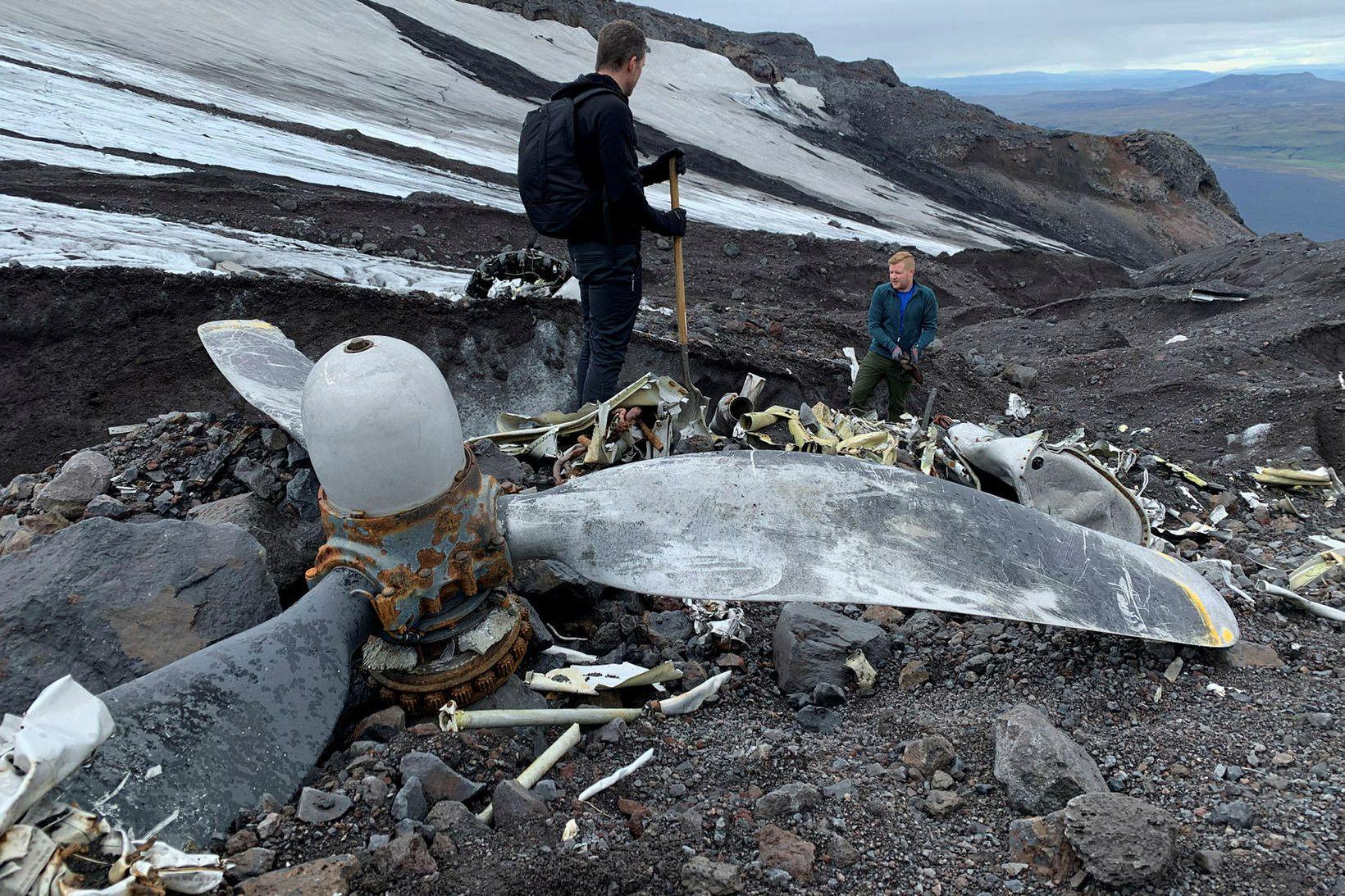 Brakið liggur eins og hráviði við jökulröndina. Hér sést ein …