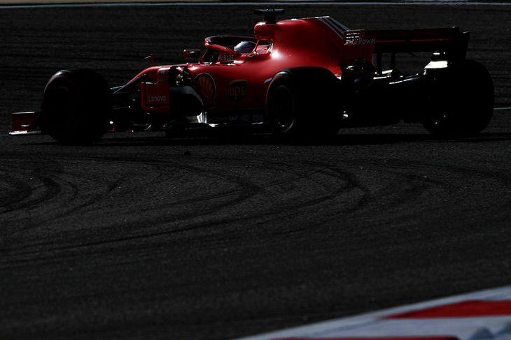 Sebastian Vettel á ferð í Barein.