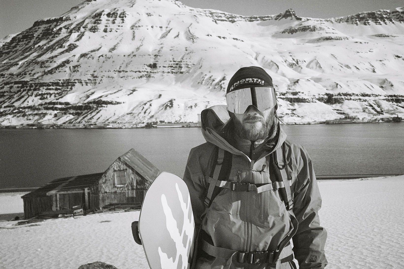Seyðfirðingurinn Ívar Pétur Kjartansson rennir sér niður fjöll á snjóbretti.