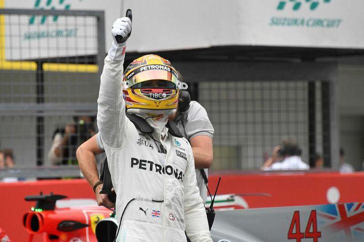 Lewis Hamilton fagnar ráspólnum í Suzuka, hinum fyrsta þar á ellefu ára ferli hans.