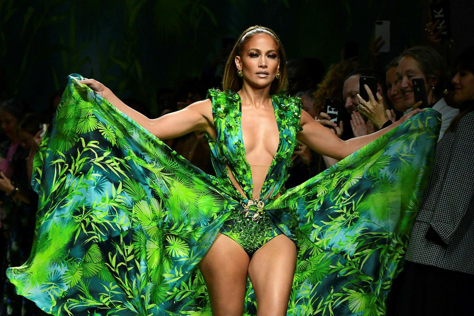 Jennifer Lopez í kjólnum fræga á tískusýningu Versace.