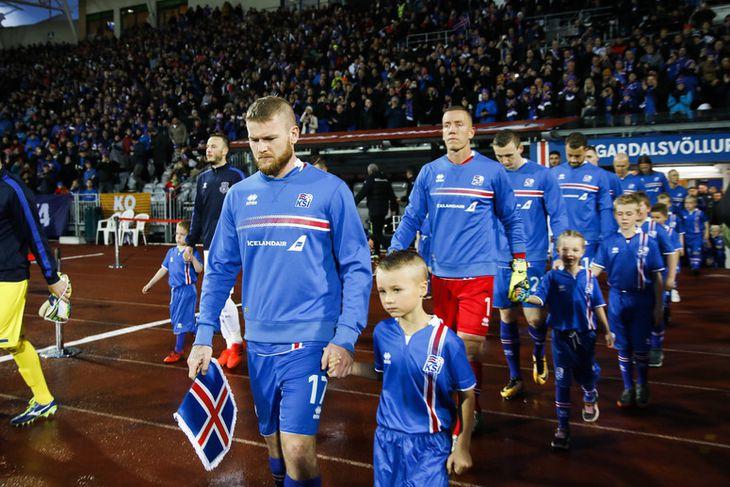 Aron Einar Gunnarsson leiðir íslenska liðið á Laugardalsvöllinn í kvöld.