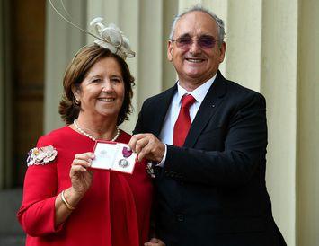 Joaquin Echeverria Alonso og Maria Miralles De Imperial Hornedo, foreldrar Ignacio Echeverria, með orðuna.