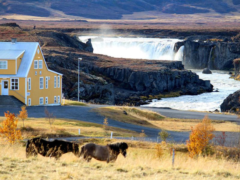 Fosshóll guesthouse boasts of a magnificent location.