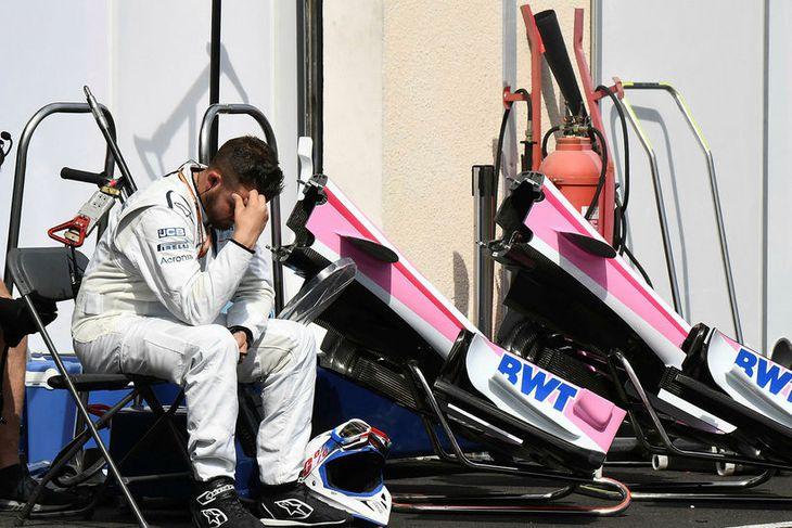 Vélvirki hjá Force India sýnir depurð eftir samstuð og árekstra á fyrsta hring, en þá ...