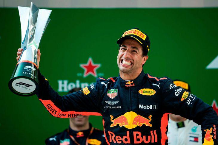 Ástralinn Daniel Ricciardo fagnar sigi sínum í Sjanghæ eins og hann hafi aldrei áður unnið ...