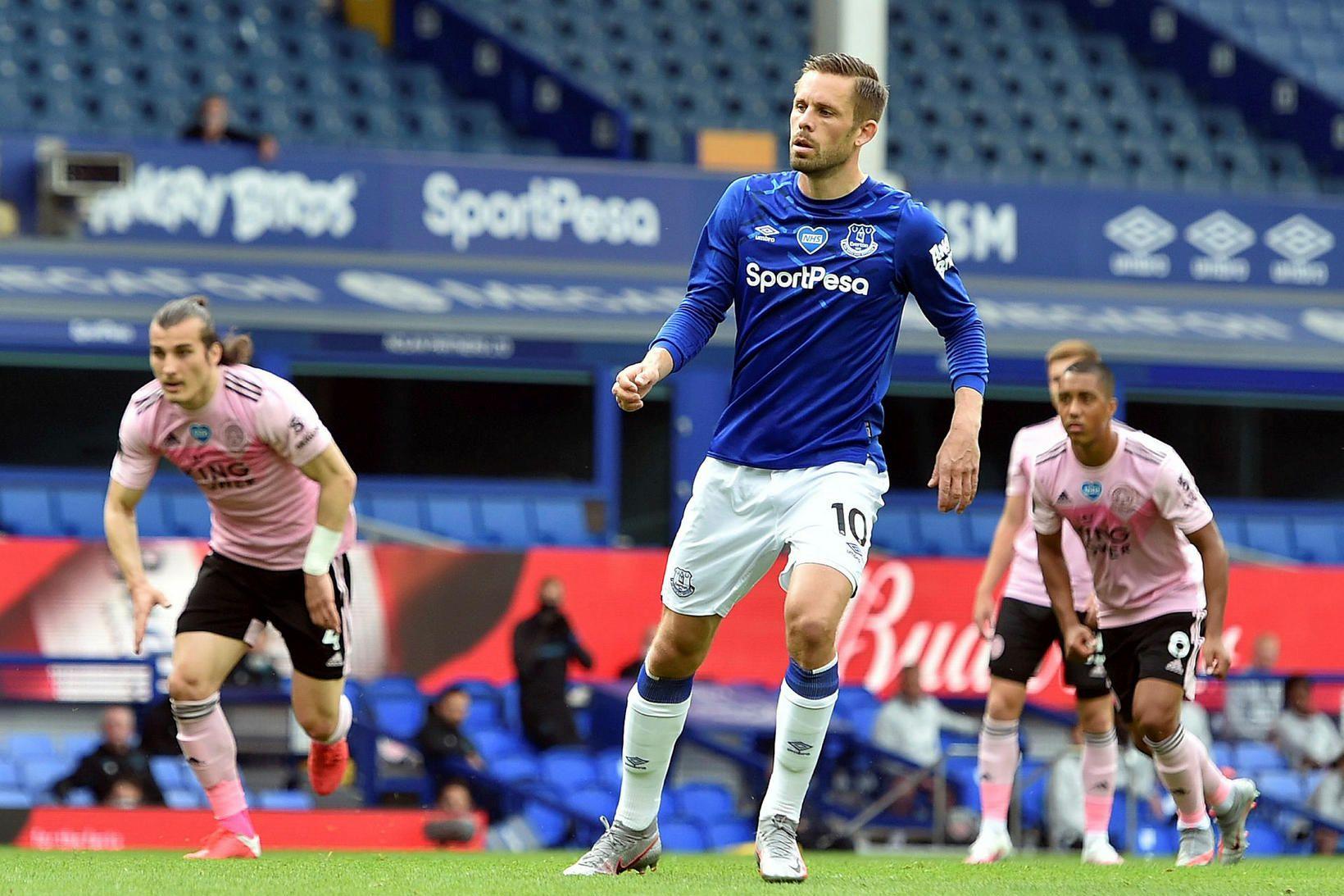 Gylfi Þór Sigurðsson skorar úr vítaspyrnu gegn Leicester.
