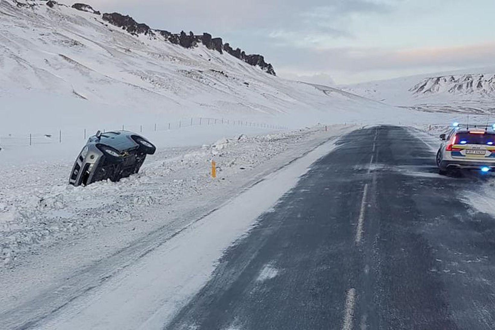 Lögreglan á Suðurlandi á vettvangi útafaksturs á Selhrygg í nágrenni …