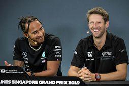 Eitthvað finnst Lewis Hamilton (t.v.) fyndið við það sem Romain Grosjean sagði á blaðamannafundinum í ...