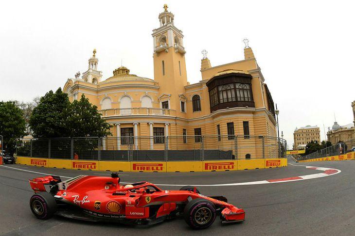 Sebastian Vettel á ferð á Ferrarifáknum í Bakú í dag.