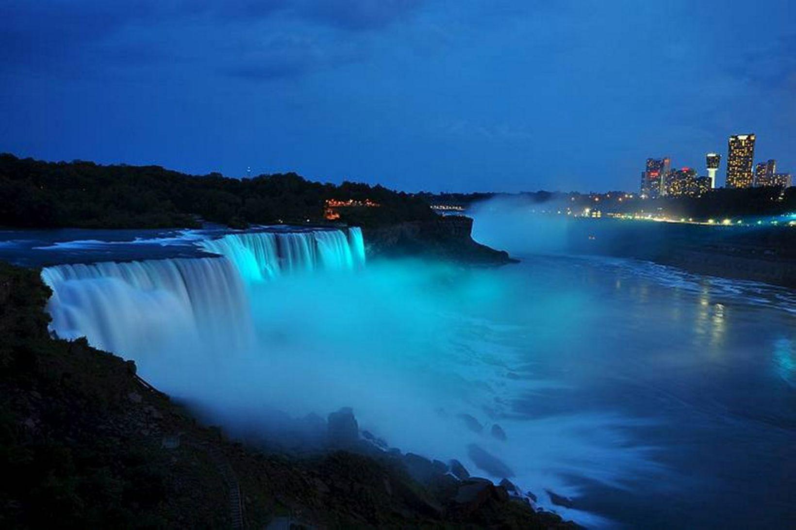 Niagara-fossarnir eru straumharðir. Mynd úr safni.