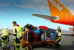 Starfsmaður Airport Associates að störfum.