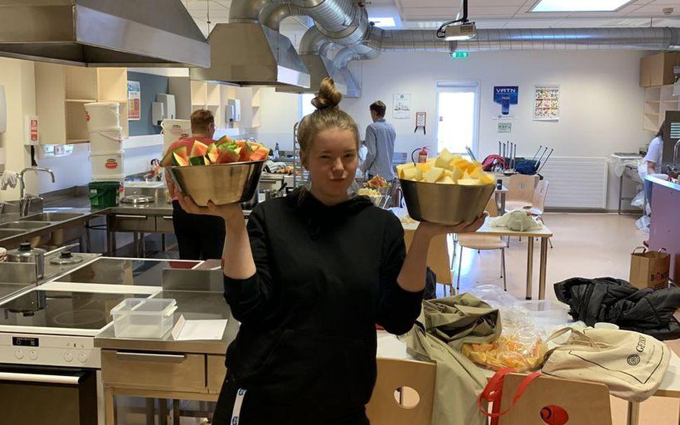 Margrét Björgvinsdóttir sjálfboðaliði bauð upp á niðurskorna ávexti á síðasta ...