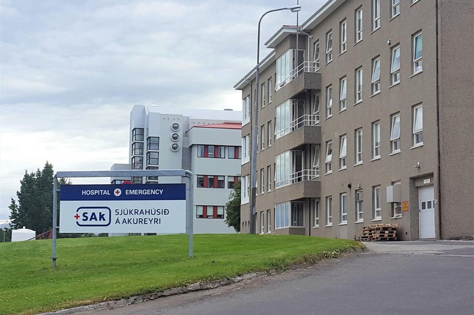 Tíu kínversku ferðamannanna voru fluttir á Sjúkrahúsið á Akureyri. Sex …