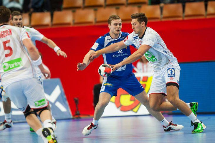 Aron Pálmarsson reynir að stöðva Harald Reinkind