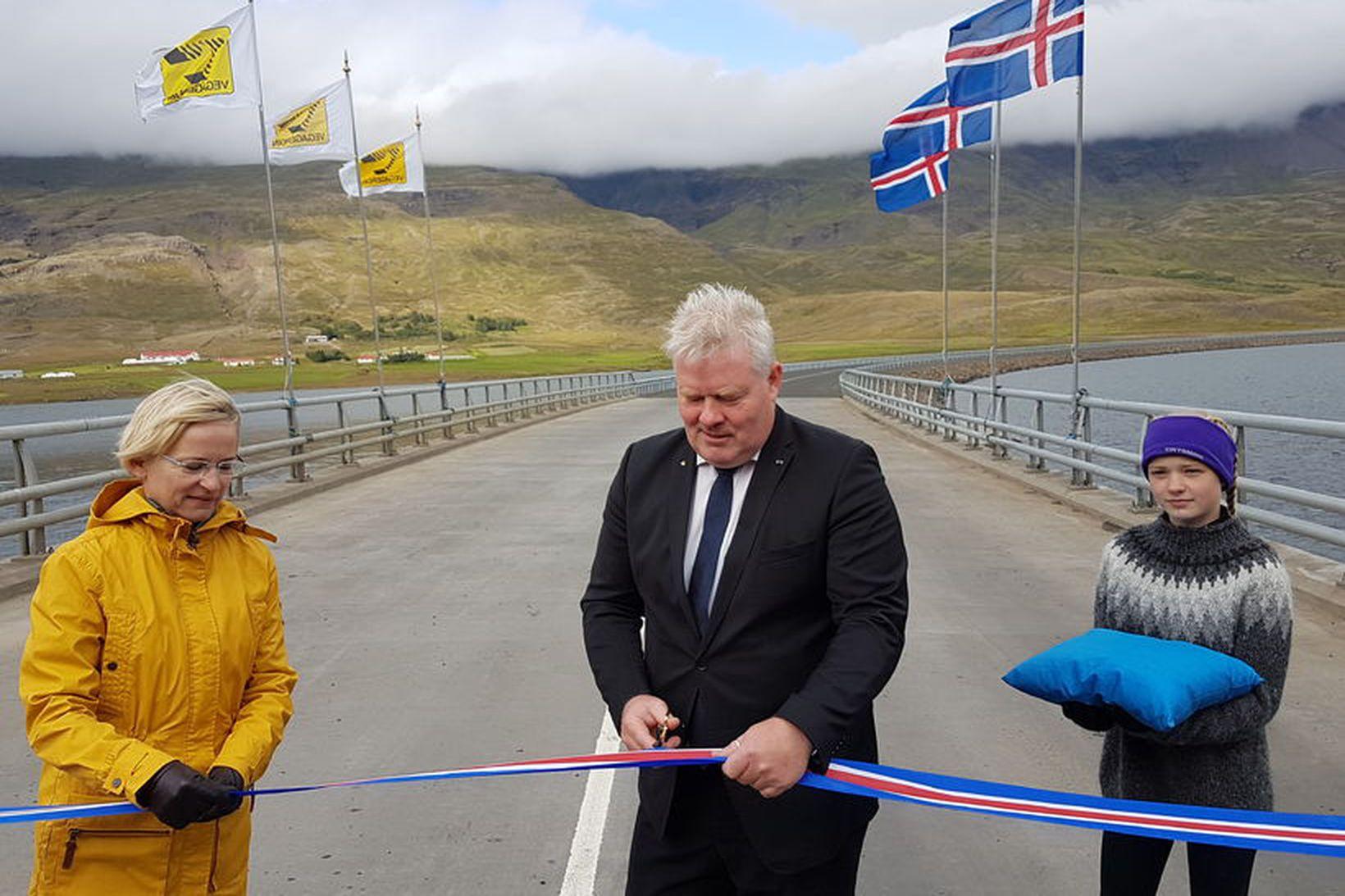 Bergþóra Þorkelsdóttir, forstjóri Vegagerðarinnar, við formlega opnun hringvegarins við Berufjörð …
