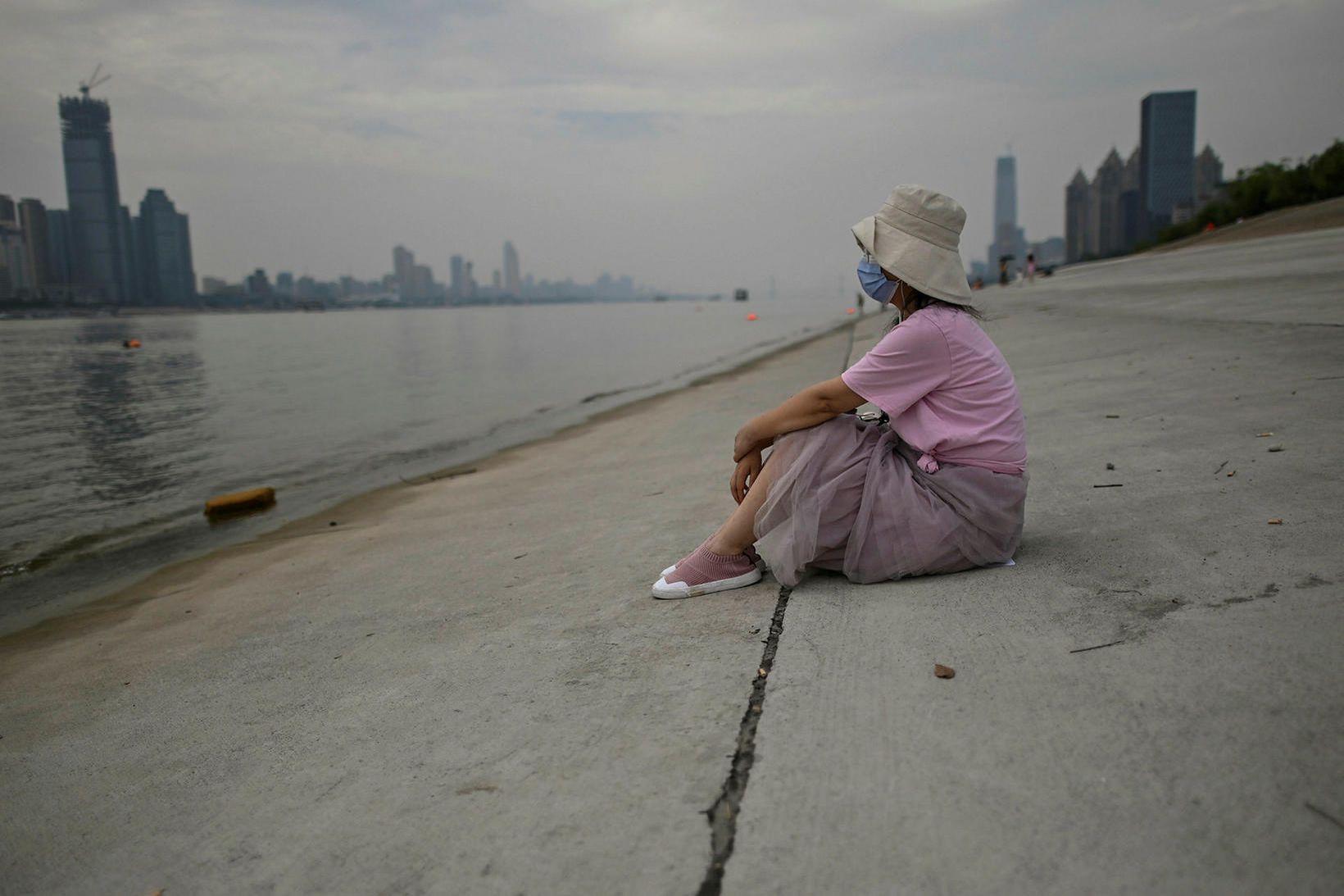 Kórónuveiran braust út í kínversku borginni Wuhan í lok síðasta …