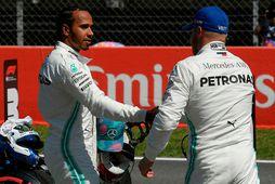 Lewis Hamilton (t.v.) óskar Valtteri Bottas til haminngju með ráspólinn.