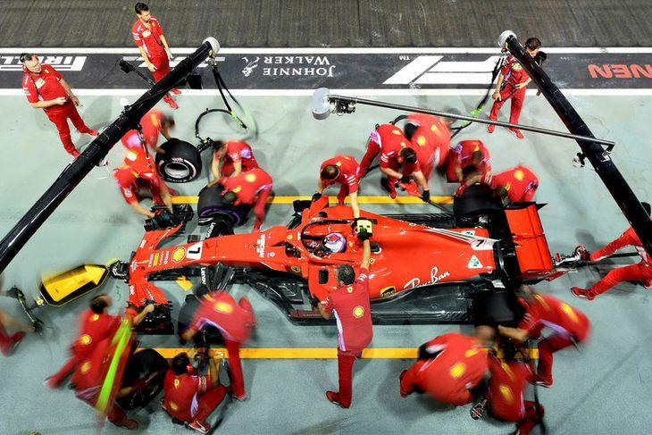 Kimi Räikkönen í þjónustustoppi á seinni æfingunni í Singapúr.